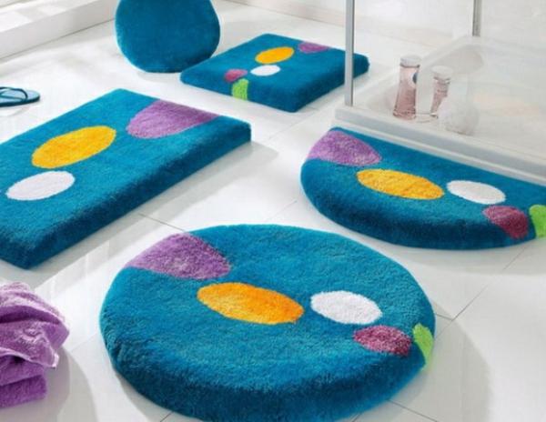 Les tapis de bain originaux sont ravissants for Tapis salle de bain bleu marine