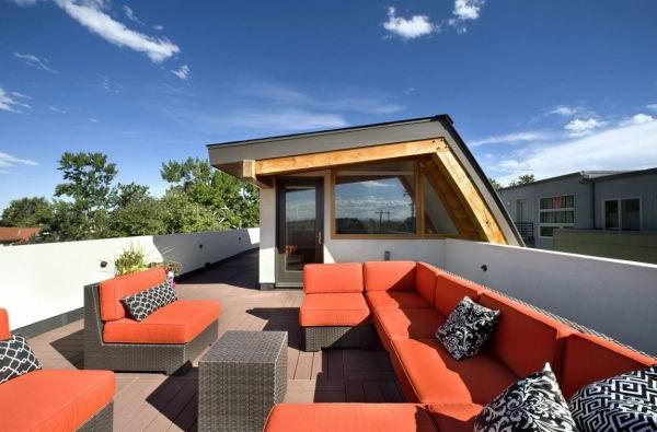 terrasse-sur-toit-ameublement-en-rouge-et-noir