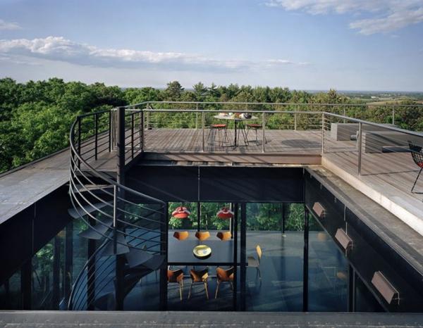 terrasse-sur-toit-au-dessus-d'un-hall-vaste-avec-escalier