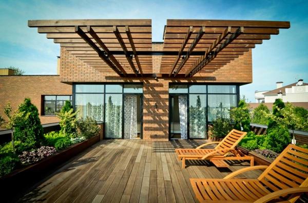 terrasse-sur-toit-avec-des-chaises-longues-de-bois