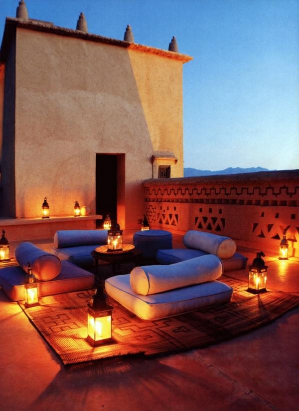 terrasse-sur-toit-avec-meubles-bas-et-moelleux-et-des-lanternes-sur-terre