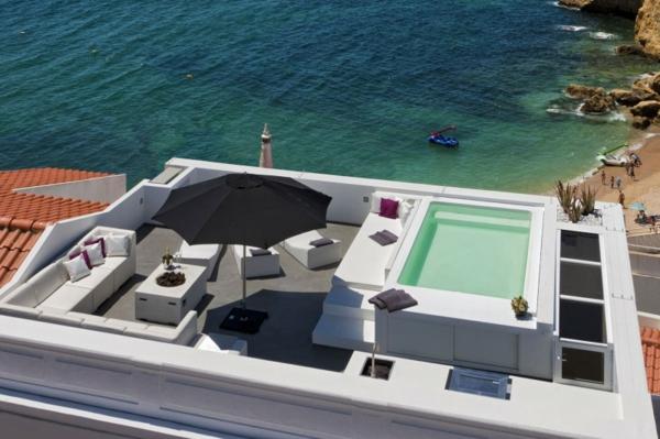 terrasse-sur-toit-avec-piscine-au-bors-de-la-mer