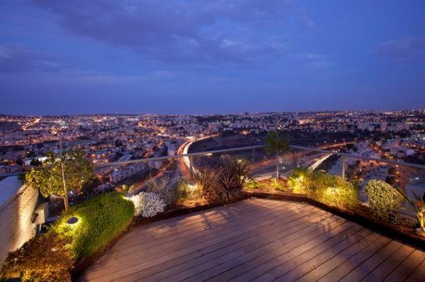 terrasse-sur-toit-avec-un-jardin-et-un-vue-splendide-vers-la-cité