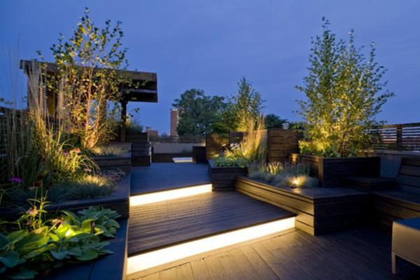terrasse-sur-toit-jardin-de-quelques-niveaux-avec-luminage-élégant-au-sol