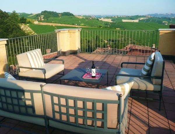 terrasse-sur-toit-divan-et-deux-grandes-fauteuils-confortables