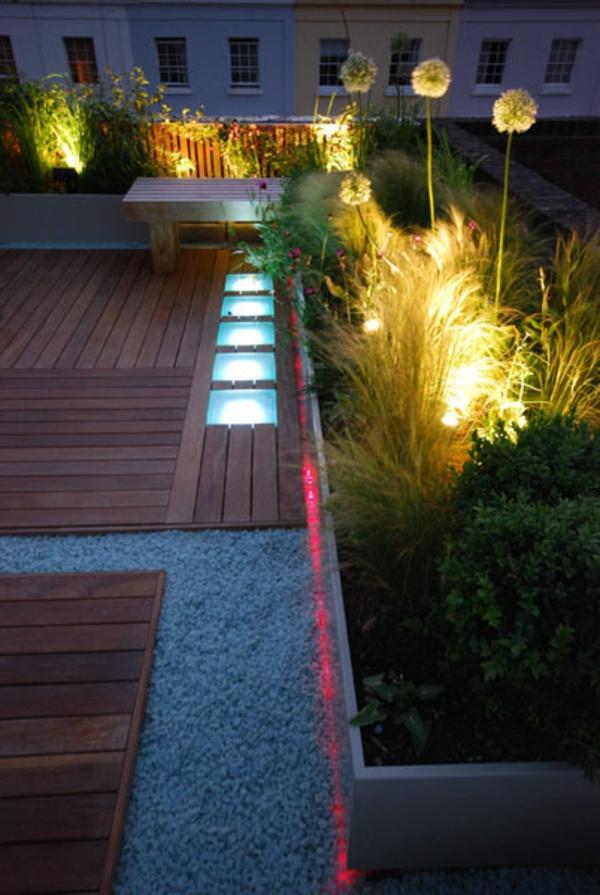 terrasse-sur-toit-jolie-avec-un-gravier-de pierres-et-un-sol de-bois