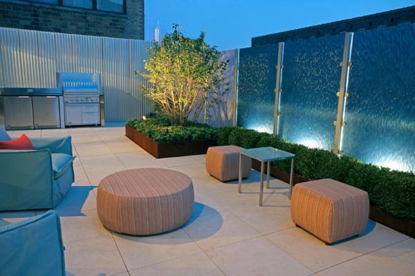 terrasse-sur-toit-meuble-moelleux-carrelage-au-sol-et-verdure