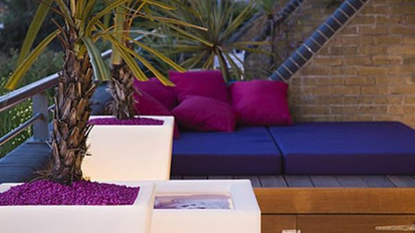 terrasse-sur-toit-meubles-de-bois-et-des-coussins-de-couleurs-jolies