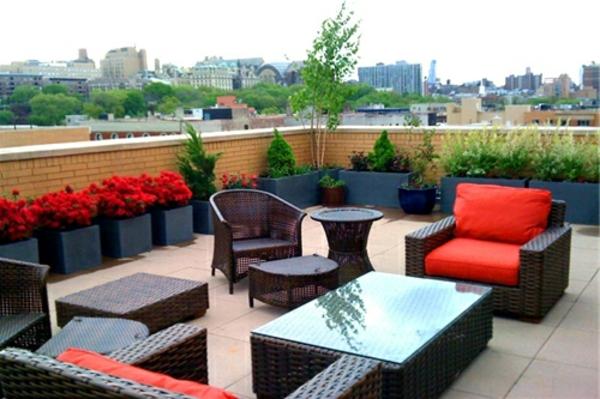 terrasse-sur-toit-meubles-légers-des-fleurs-et-des-coussins-rouges