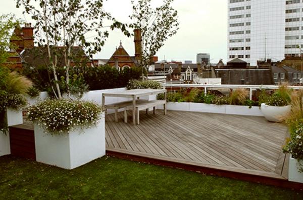 terrasse-sur-toit-sol-de-bois-et-une-pelouse-naturelle