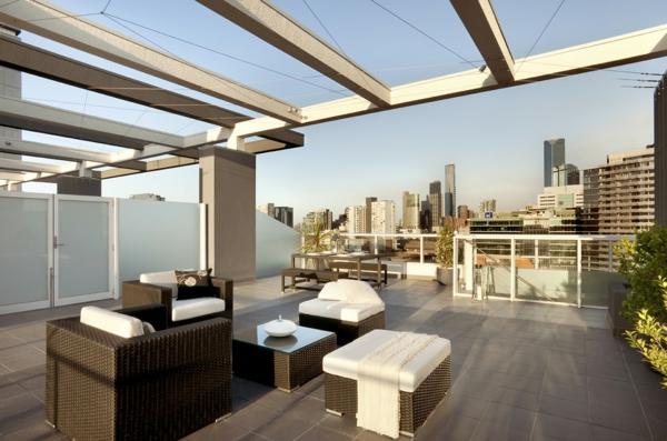 terrasse-sur-toit-vaste-et-simple-mais-luxueuse