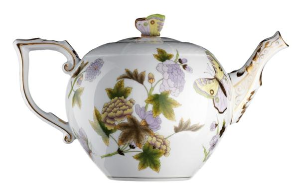 une-théière-originelle-décorée-de-fleurs-et-de-papillons