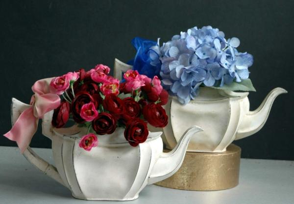 une-théière-originelle-théières-avec-des-fleurs-de-papier