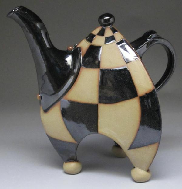 une-théière-originelle-de-céramique-en-beige-et-noire
