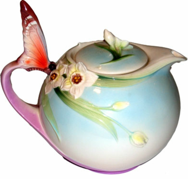une-théière-originelle-papillon-et-des-fleurs