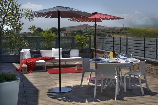 aménager-son-balcon-un-divan-et-une-table