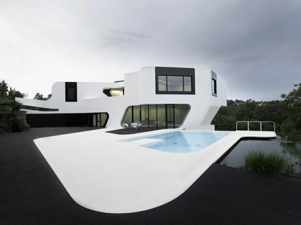 architecture-futuriste-près-d'un-lac