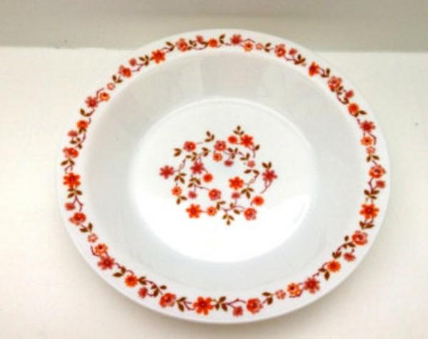 assiette-arcopal-fleurs-rouges