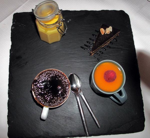 assiette-ardoise-avec-des-crèmes-délicieuses