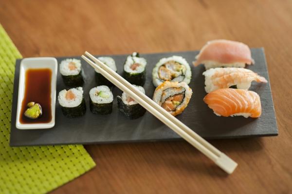 assiette-ardoise-avec-du-sushi