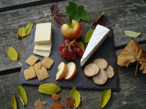 assiette-ardoise-avec-du-fromage-et-des-fruits