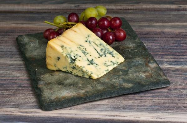 assiette-ardoise-avec-du-fromage-et-du-raisin