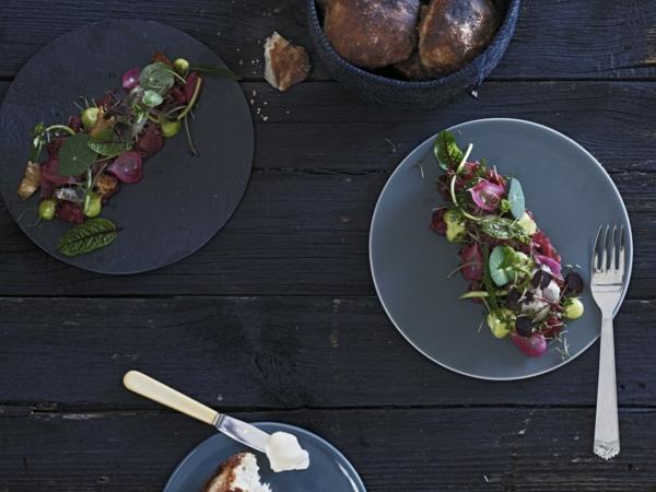 assiette-ardoise-trois-assiettes-rondes-sur-une-une-table-foncée