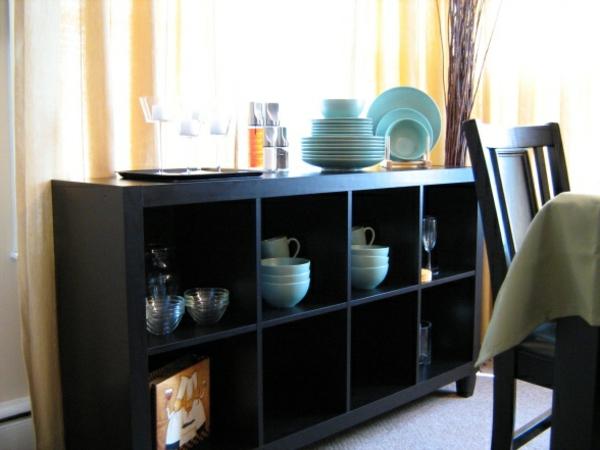 bahut-de-salle-à-manger-noir-et-des-assiettes-bleues