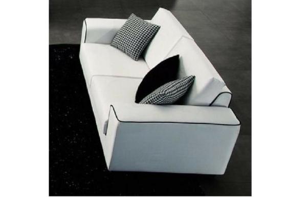 blanc-divan-de-tissue-et-des-coussins-gris-et-noir