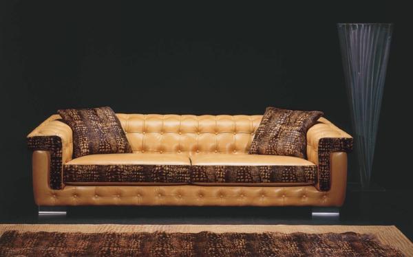canapé-chesterfield-beige-avec-deux-coussins-marrons