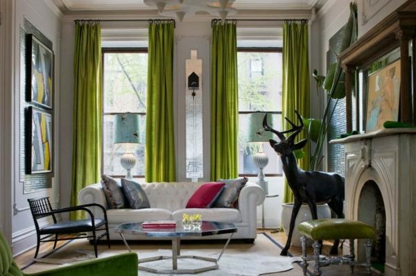 canapé-chesterfield-blanc-dans-une-salle-de-séjour-avec-des-rideaux-verts