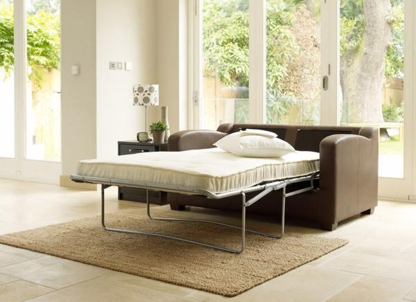 canapé-lit-design-dans-une-salle-lumineuse
