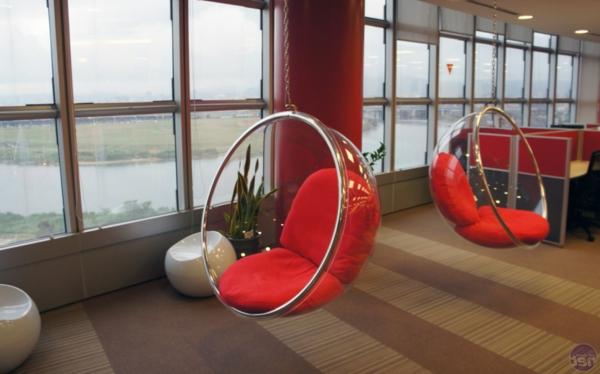 chaise-suspendue-intérieur-spacieux-avec-deux-chaises-rouges