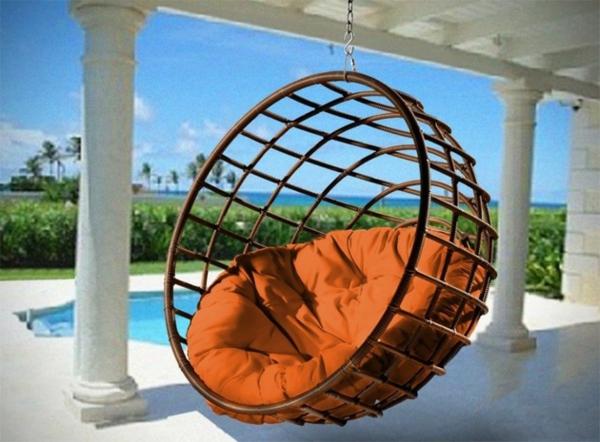 chaise-suspendue-une-corbeille-avec-un-coussin-orange