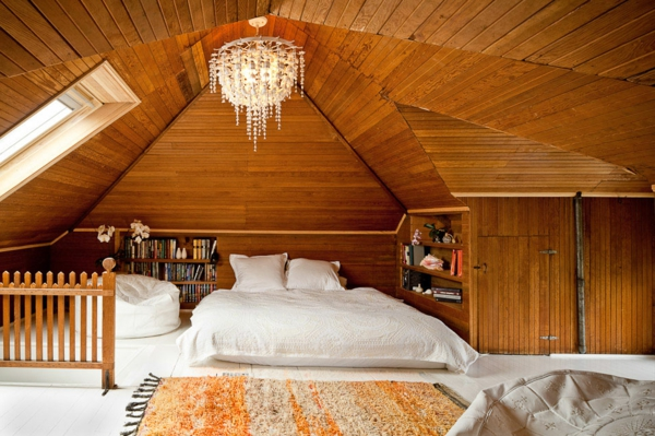 combles-aménagés-design-en-bois-clair-et-un-lustre-magnifique