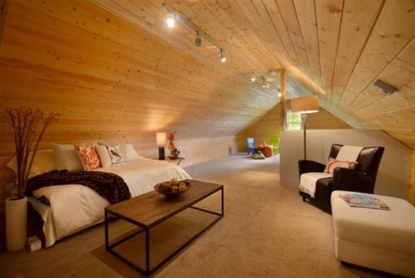 Quelques id es inspirantes de combles am nag s - Chambre avec plafond en pente ...