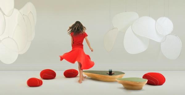 coussin-galet-rouges-dans-un-salon-spacieux