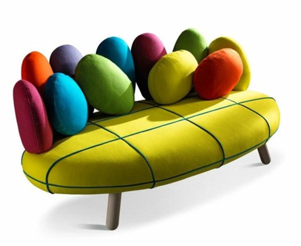 coussin-galet-des-coussins-colorés-sur-un-divan-vert
