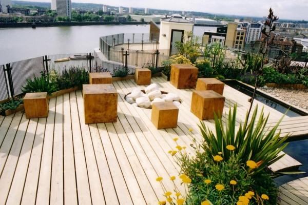 décoration-toit-terrasse-cubes-tabourets-en-bois
