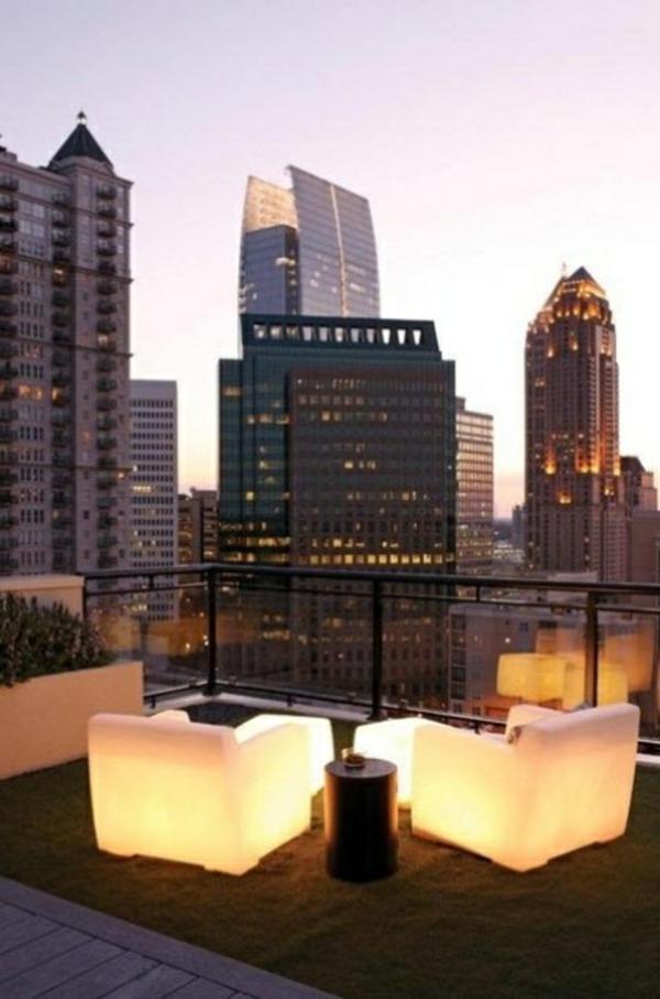 décoration-toit-terrasse-idee-fauteuils-en-lumieres