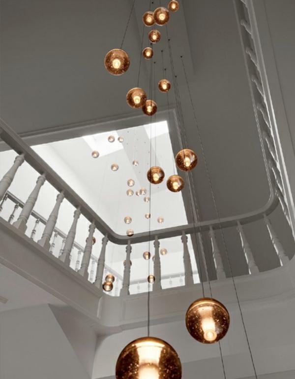 escalier-demi-tournant-blanc-et-des-boules-pendantes-décoratives