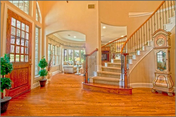 escalier-demi-tournant-dans-un-intérieur-avec-un-plancher-en-bois
