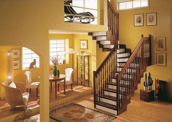 escalier-demi-tournant-en-bois-et-un-intérieur-jaune
