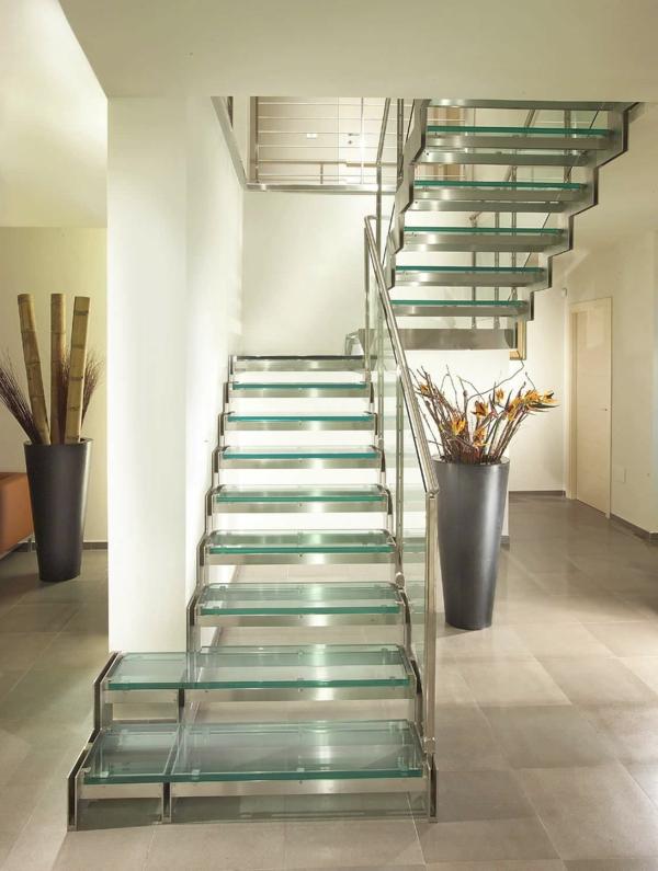 escalier-demi-tournant-encadrement-en-métal-et-des-pas-en-verre