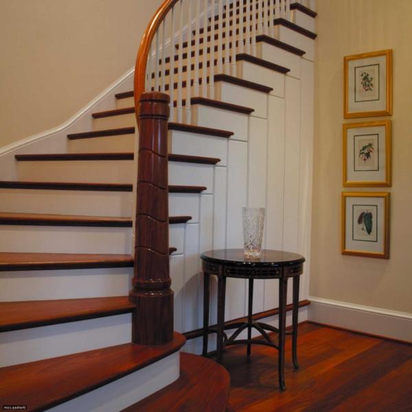 escalier-demi-tournant-et-trois-peintures