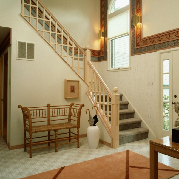 escalier-demi-tournant-tapis-orange-et-décoration-des-murs-fabuleuse