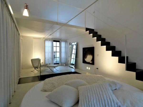 esprit-loft-un-escalier-noir-étroit-dans-un-intérieur-blanc