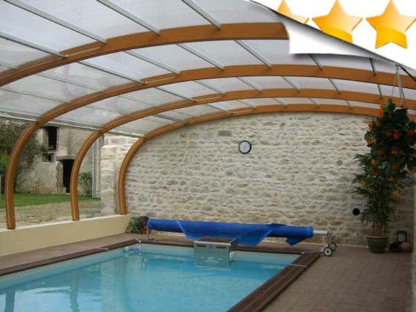 L 39 abris de piscine pour toute l 39 ann e for Abri piscine bois