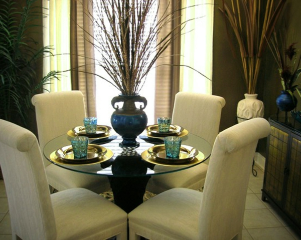 idee-deco-salle-a-manger-chaises-blanches-vases