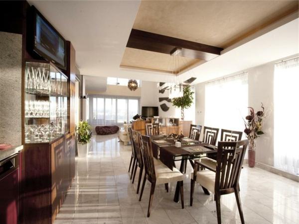 idee-deco-salle-a-manger-chaises-et-vitrines